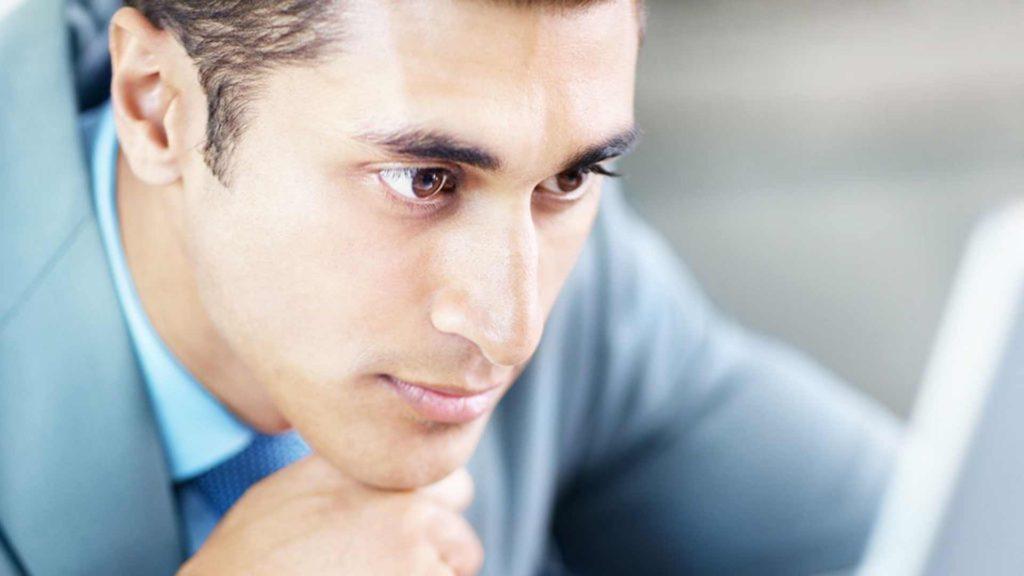 Man looking at laptop inlingua Andorra