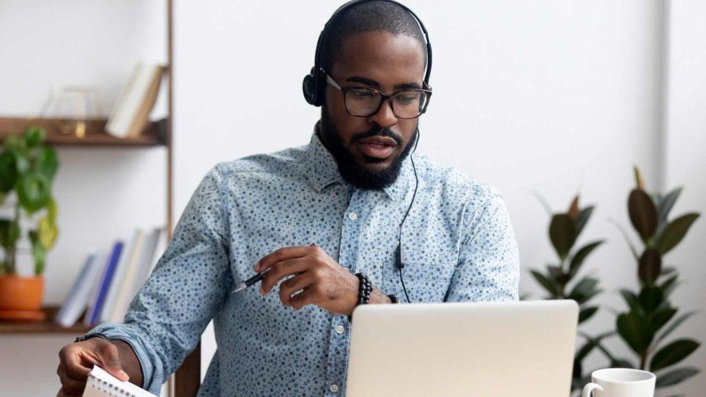 inlingua Andorra student on laptop with headphones