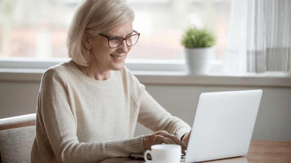 Adult woman learner online laptop languages inlingua Andorra